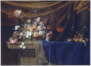Stilleven van een mand met bloemen met daarnaast een schikking van vruchten op een deels met een blauw kleed bedekte stenen tafel voor een goudsatijnen draperie