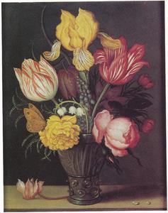 Bloemen in een roemer, met links een cyclamen en rechts twee waterdruppels