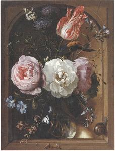 Rozen, een tulp, een akkerdistel en andere bloemen in een glazen vaas in een nis