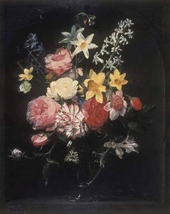 Rozen, narcissen, hyacinthen en andere bloemen in een glazen vaas in een nis