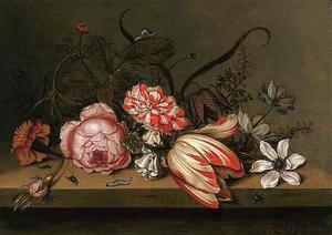 Bloemen op een houten tafel