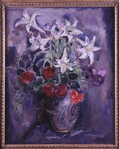 Stilleven met lelies en tulpen in bolvormige vaas