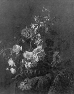 Een vaas met bloemen op een oosters tapijt