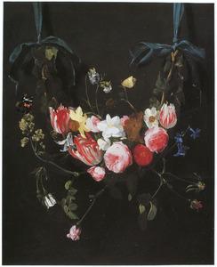 Bloemenguirlande, hangend aan blauwe linten