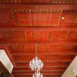 Balkenplafond beschilderd met vakken en ornamenten