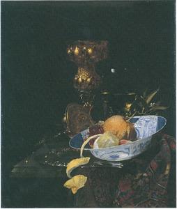 Stilleven met akeleibeker, porseleinen schotel met fruit en glazen