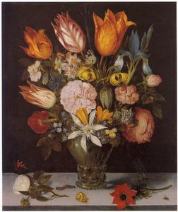 Bloemen in een roemer op en stenen plint, met daarvoor losse bloemen en insecten
