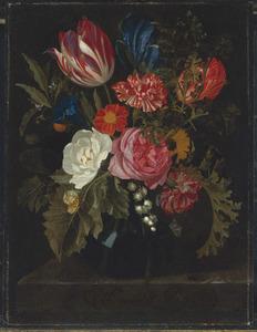 Bloemen in een vaas op een marmeren blad