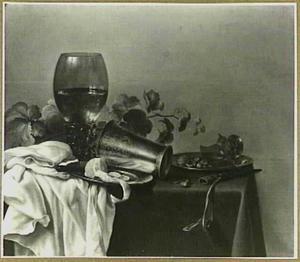 Stilleven met roemer, beker, geschilde citroen en mes op een donker kleed met wit servet