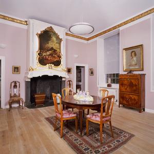 Voormalige eetkamer met schoorsteenbetimmering voorzien van schildering met zwijnenjacht