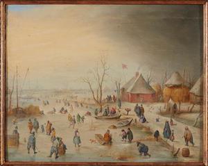 Winterlandschap met schaatsende en kolvende figuren op het ijs bij een boerderij
