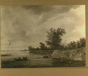 Rivierlandschap met vissersbootjes, rechts tussen de bomen huizen en een kerktoren