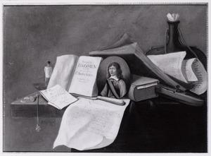 Boekenstilleven met een portret van een man