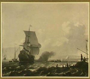 Een Hollands oorlogsschip voor een kust; rechtsvoor kijken drie mensen uit over het water