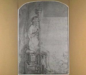 Zittend vrouwelijk naakt poserend voor twee tekenaars