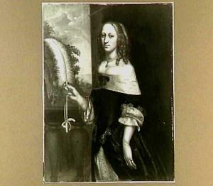 Portret van een vrouw met een waaier, voor een balustrade