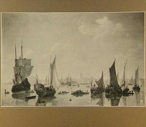 Gezicht op Rotterdam met in de voorgrond verschillende schepen op spiegelglad water
