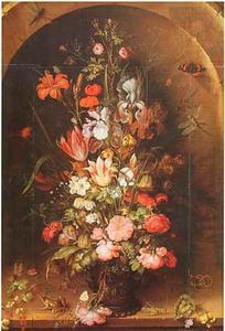 Bloemen in een glazen vaas, met insecten, een hagedis en een kikker, in een nis