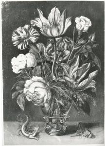 Bloemen in een roemer met links een hagedis en rechts een sprinkhaan