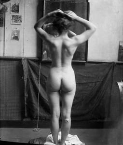 Naakt voor de spiegel in het atelier
