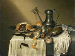 Stilleven met pastei op schotel, kan met konische roemer, nautilusbeker, mes in heft en etenswaren op een kleed met wit servet
