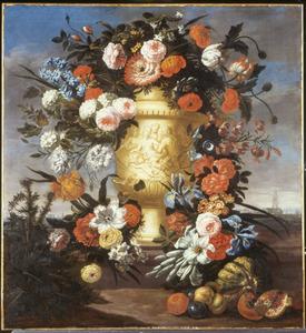 Rozen, tulpen, irissen en andere bloemen in en rondom een geornamenteerde tuinvaas met op de voorgrond een distel en vruchten in een landschap