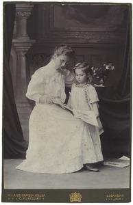 Portret van Anna Geertruida Jacoba Wilhelmina Diest Lorgion (1880-1982) en Johanna Mina Feikema (1904-1986)