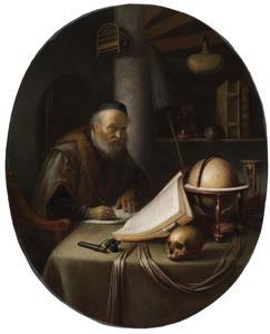 Geleerde, opkijkend tijdens het schrijven