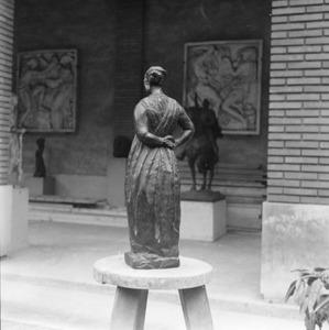 Brons van een vrouw ten voeten uit in de tuin bij het atelier van Antoine Bourdelle
