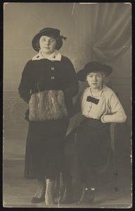 Nelly van Doesburg en haar zuster 'Lou'