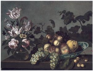 Stilleven met een vaas bloemen en een schaal fruit