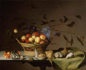 Stilleven met mand met vruchten, schelpen, hagedis en insekten op tafel met kleed