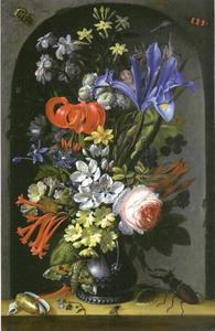Boeket bloemen in een vaas met zeeschelpen en een vliegend hert