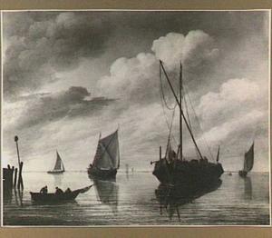 Schepen voor de kust in kalm water