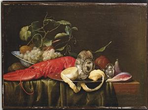 Druiven, vijgen, een kreeft en een zilveren tazza op een tafel