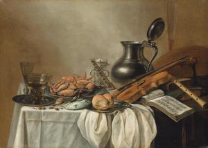 Stilleven met muziekinstrumenten, een opengeslagen muziekboek, een zilveren zoutvat, tinnen vaatwerk, wijnglazen, brood, noten en een omgekeerde krab op een schotel