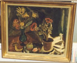 Stilleven met geranium, vaas met bloemen en vruchten op tafel