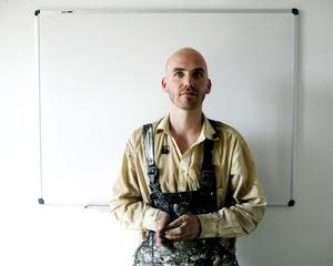 Portret van Chris Berens in zijn atelier