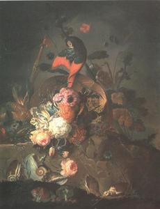 Papegaai, bloemen,  wilde planten, schelpen en paddenstoelen op een stenen balustrade