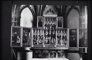 De gevangenneming van Christus, Christus voor Pilatus (binnenzijde linkerluik); De geseling, de kruisdraging, de kruisiging, de kruisafneming, de opstanding (midden); Christus verschijnt aan de heilige vrouwen, de uitstorting van de Heilige Geest (binnenzijde rechterluik); God de Vader (binnenzijde linker bovenluik); Christus en Maria (binnenzijde rechter bovenluik)