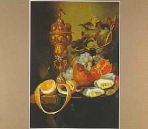 Stilleven met vruchten, oesters op een tinnen bord en een akeleibeker