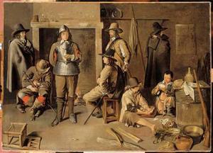 Interieur van een wachtlokaal met rustende soldaten