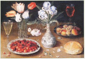 Stilleven van vruchten op twee schalen, lissen in een Wan Li-vaasje en tulpen in een noppenglas