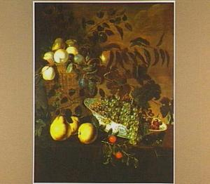 Vruchtenstilleven met appels, peren en druiven in een porseleinen schaal