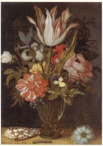 Bloemstilleven in glazen roemer, een schelp, rups en een bloem op een plint