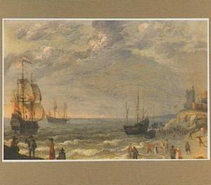 Strandgezicht met diverse schepen voor de kust