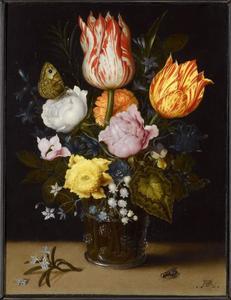 Bloemen in een glazen beker met braamnoppen, daarvoor een takje rozemarijn en een vlieg