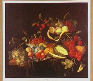 Stilleven met een zilveren tazza, een porseleinen schaal en een tinnen bord met vruchten en garnalen