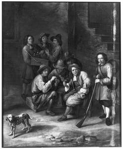 Drinkende en kaartende mannen op een binnenplaats