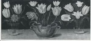 Twee bekers en een pot met bloemen op een houten blad